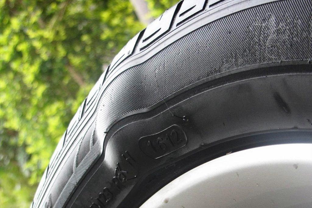 Cách xử lý tình huống khi ô tô bị xít lốp trên đường